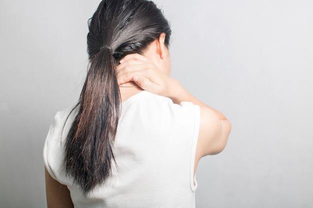 Frau hat nackenschmerzen und schmerzen