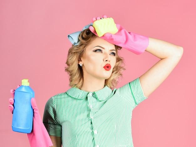 Frau haushälterin in uniform mit sauberen spray schwamm reinigung reinigungsdienste frau geschlecht reinigung retro-stil reinheit hausfrau halten suppe flasche schwamm