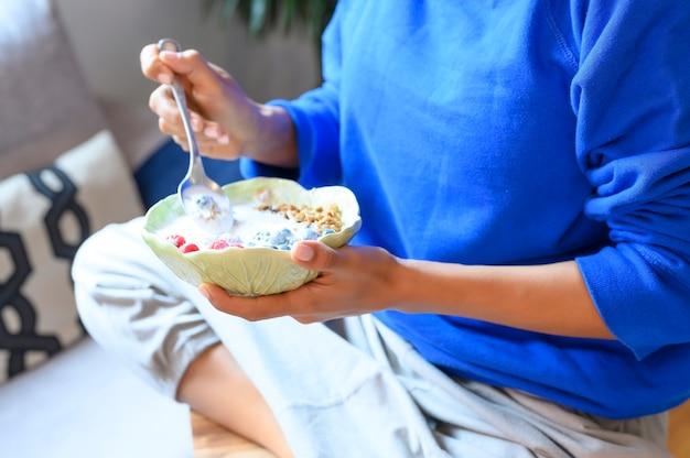 Frau hautnah essen hafer- und obstschale zum frühstück
