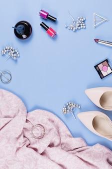 Frau herbstkleidung, kosmetik und accessoires flach liegen. weibliches herbstmodekonzept. draufsicht