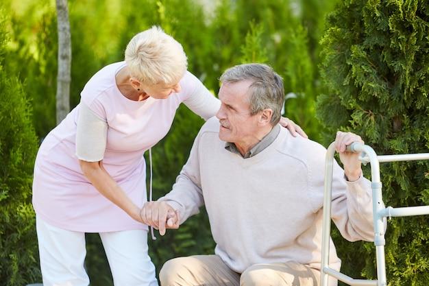 Frau hilft ehemann bei der genesung