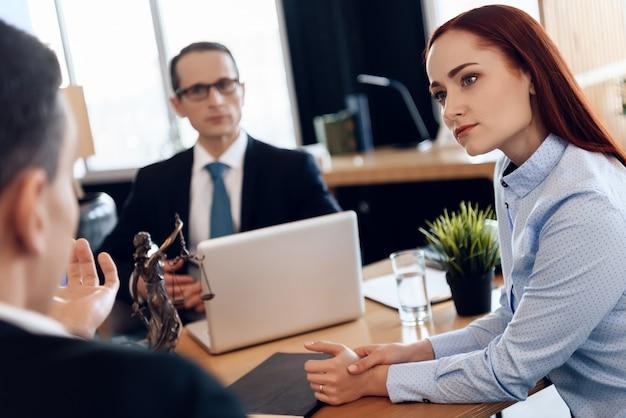 Frau hört aufmerksam auf den mann, der scheidungsanwalt betrachtet
