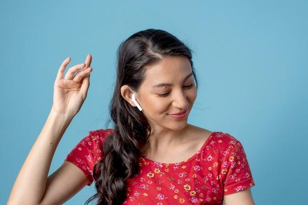 Frau hört ihre lieblingsmusik über kopfhörer