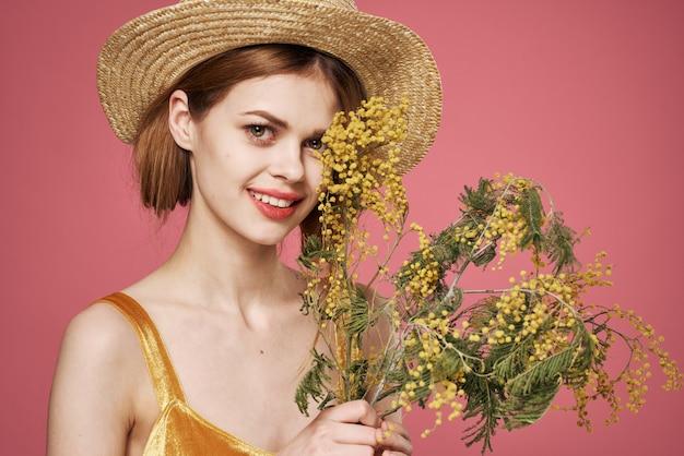Frau hübsche frau blumenstrauß mimose urlaub geschenk rosa hintergrund