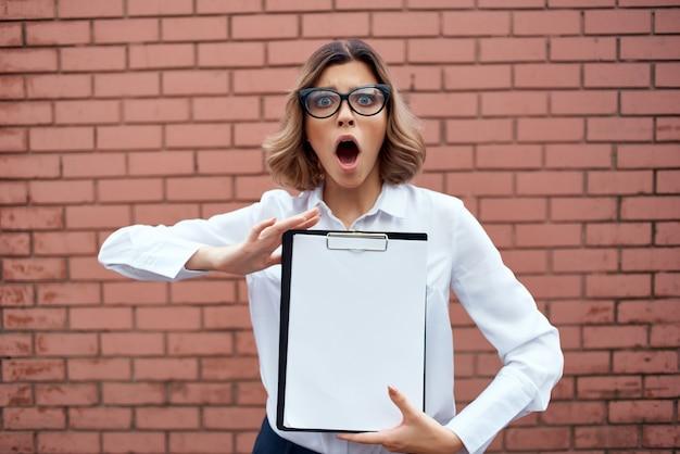 Frau im anzug außerhalb der offiziellen joberfolgsarbeit hellen hintergrund. foto in hoher qualität