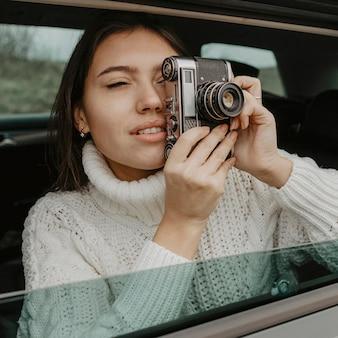 Frau im auto, das ein foto macht