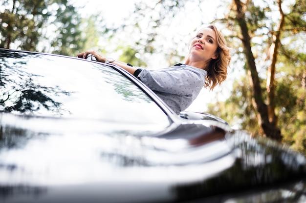 Frau im auto, das weg schaut