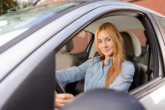 Frau im auto mit massage-sitzkissen