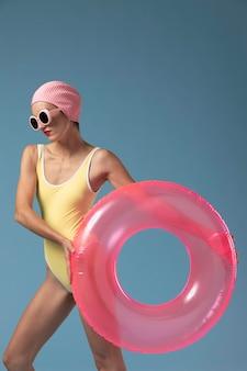 Frau im badeanzug mit einem schwimmring