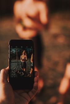 Frau im badeanzug wirft für foto auf strand auf.
