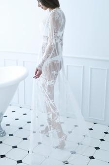 Frau im badezimmer