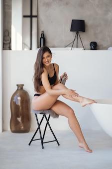Frau im badezimmermode-porträtmodell im bad