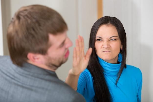Frau im begriff, ihren partner zu schlagen