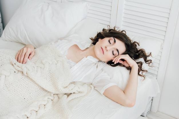 Frau im bett schlafen