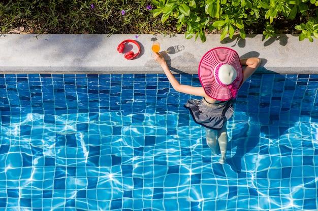 Frau im bikini am pool