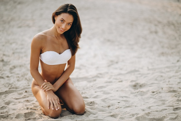 Frau im bikini auf ferien