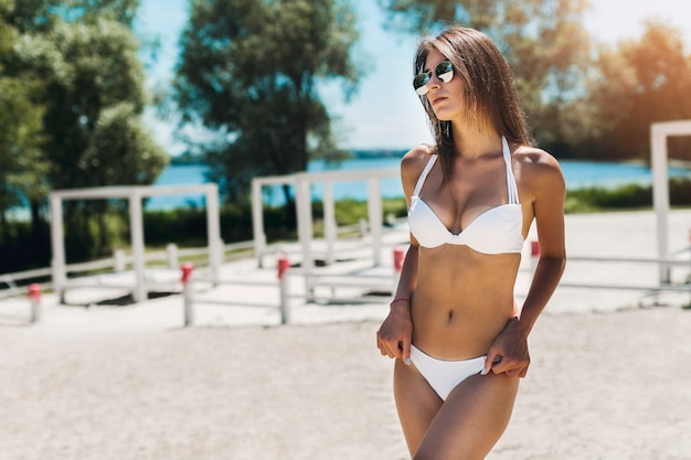 Frau im bikini, der hände auf hüften hält