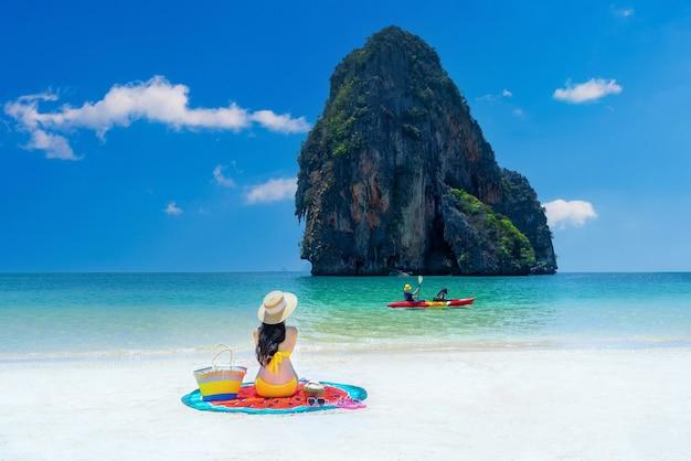 Frau im bikini entspannend bei railay, krabi, thailand.