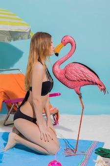 Frau im bikini mit stranddekoration