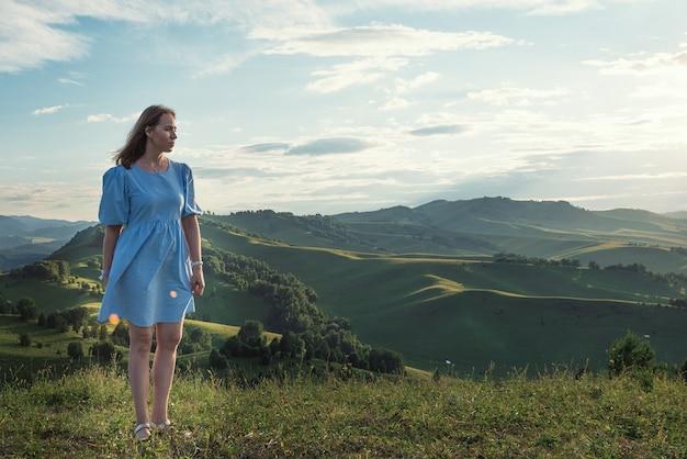 Frau im blauen kleid im altai-berg