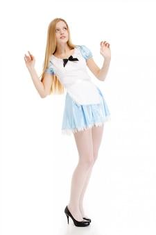 Frau im blauen kleid mit langen haaren