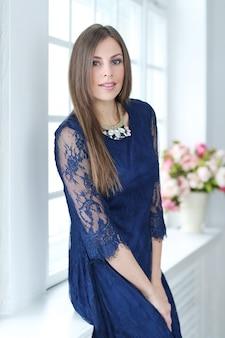 Frau im blauen spitzendetail-partykleid