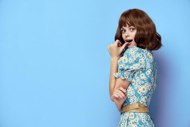 Frau im blumenkleid, das sommerkleidung trägt