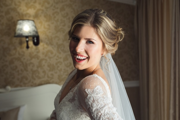 Frau im brautkleid lächelnd