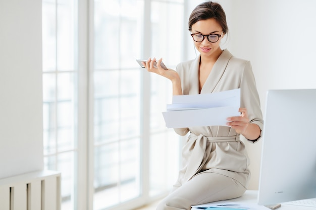 Frau im büro, das dokumente verwahrt