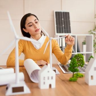 Frau im büro, die am umweltprojekt arbeitet