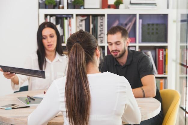 Frau im büro sitzen und reden