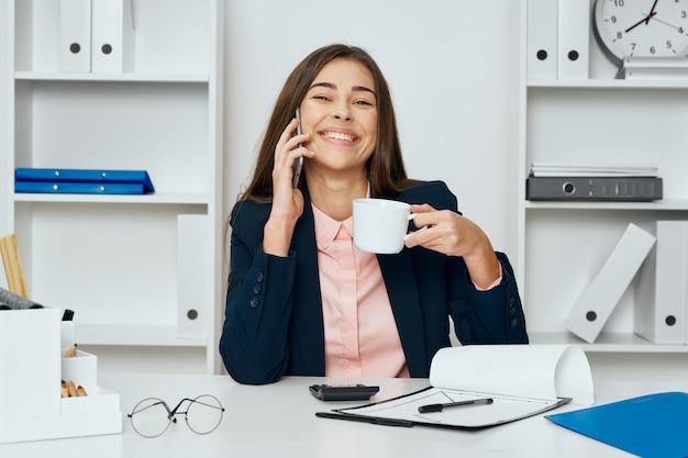 Frau im büro trinkt kaffee