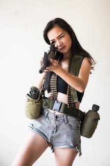 Frau im einheitlichen zielgewehrgewehr des soldaten