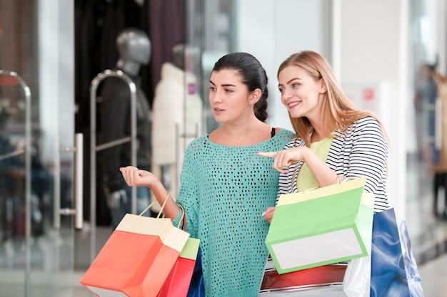 Frau im einkaufszentrum