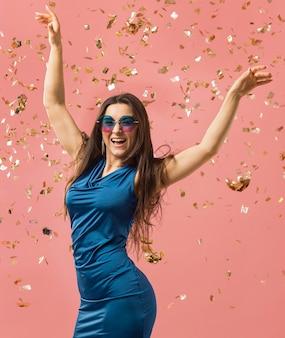 Frau im eleganten kleid, das sonnenbrille auf der partei trägt