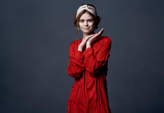 Frau im eleganten stil der roten kleiderdekoration, die abend aufwirft