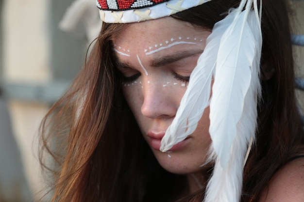 Frau im ethnischen bild des häuptlings der indianer