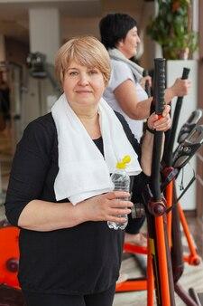 Frau im fitnessstudio feuchtigkeitsspendend