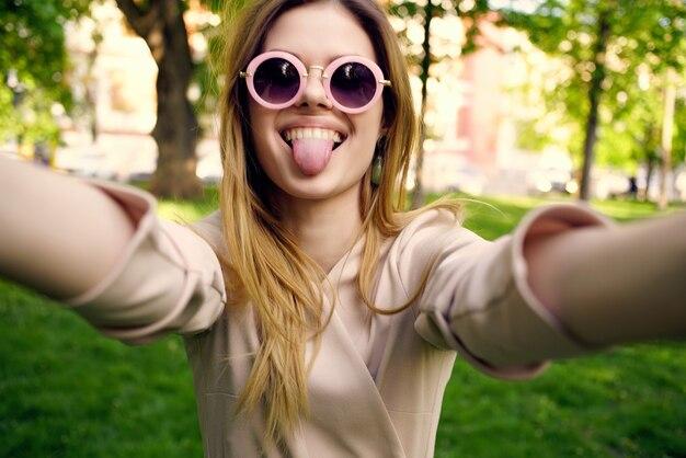 Frau im freien gehen mode sommer lifestyle