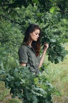 Frau im freien grüne blätter des baumes frische luft natur