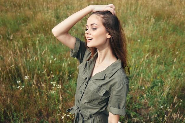 Frau im freien hand auf kopf frischluft lifestyle-reise