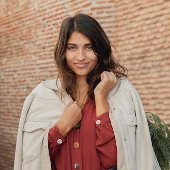 Frau im freien mit einkaufstüten