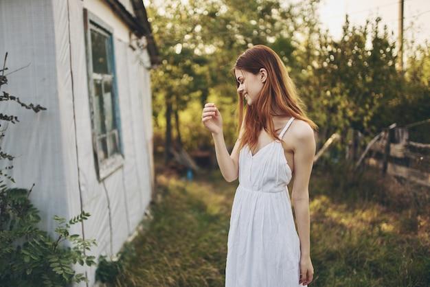 Frau im freien nahe gebäude auf urlaubsmodell landschaftslandschaftslebensstil.