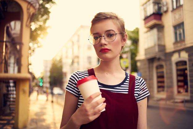 Frau im freien spaziergang urlaub sommer tasse kaffee