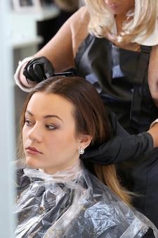 Frau im friseursalon