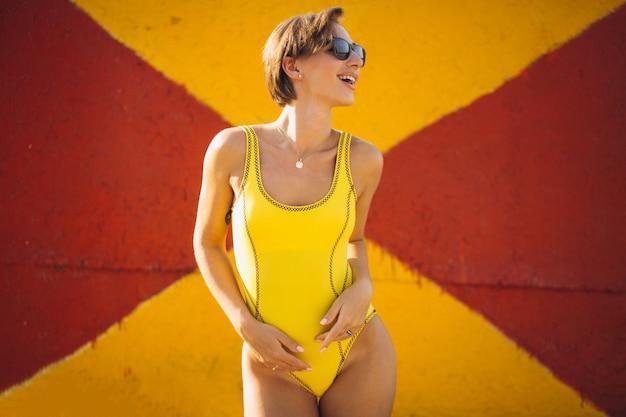 Frau im gelben badeanzug