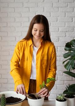 Frau im gelben hemd, das drinnen arbeitet
