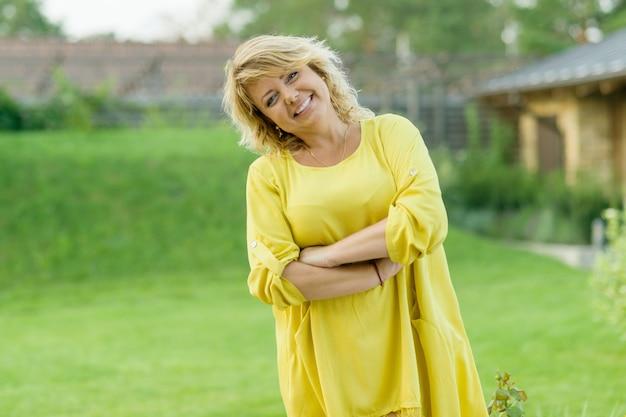 Frau im gelben kleid