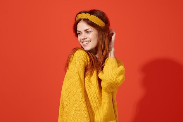 Frau im gelben pullover mit stirnband-mode-hippie-retro-kleidung