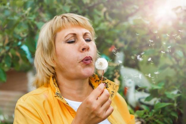 Frau im gemüsegarten erntet obst und gemüse